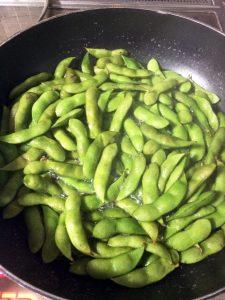 フライパンに入れた枝豆