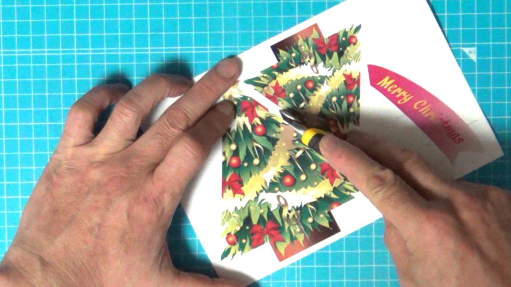 クリスマスカードのパーツを切り分ける