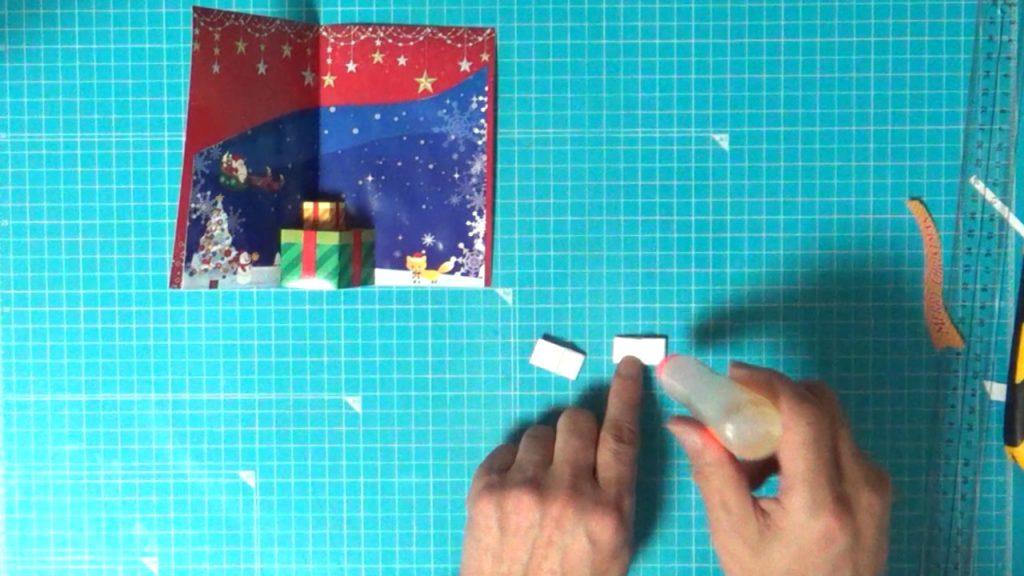 クリスマスプレゼントボックスの白い部分に糊を塗って貼ります。