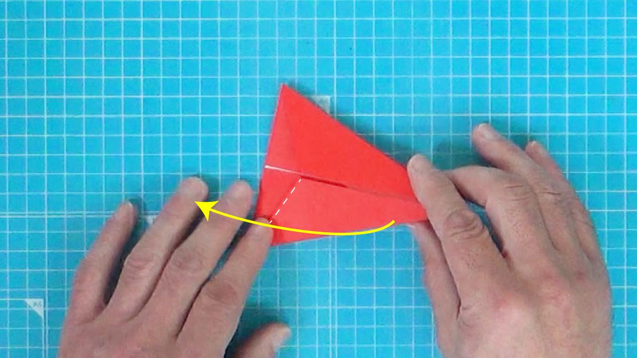 点線の部分から矢印方向に折ります。