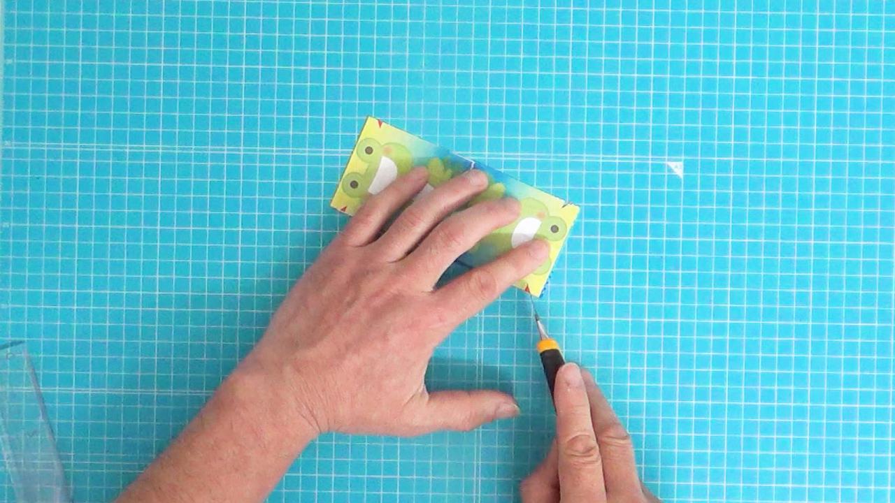 輪ゴムを付ける赤い部分を切り取る