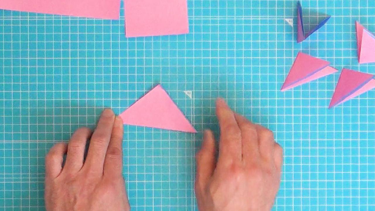 折り紙を二つ折りにします。