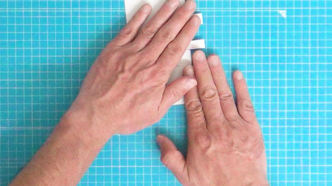 手で押さえて折り目をしっかりつけます。