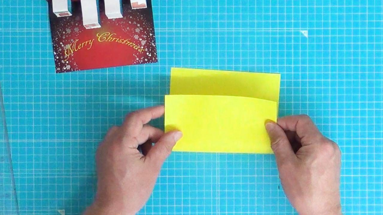 色画用紙を二つ折りにする。