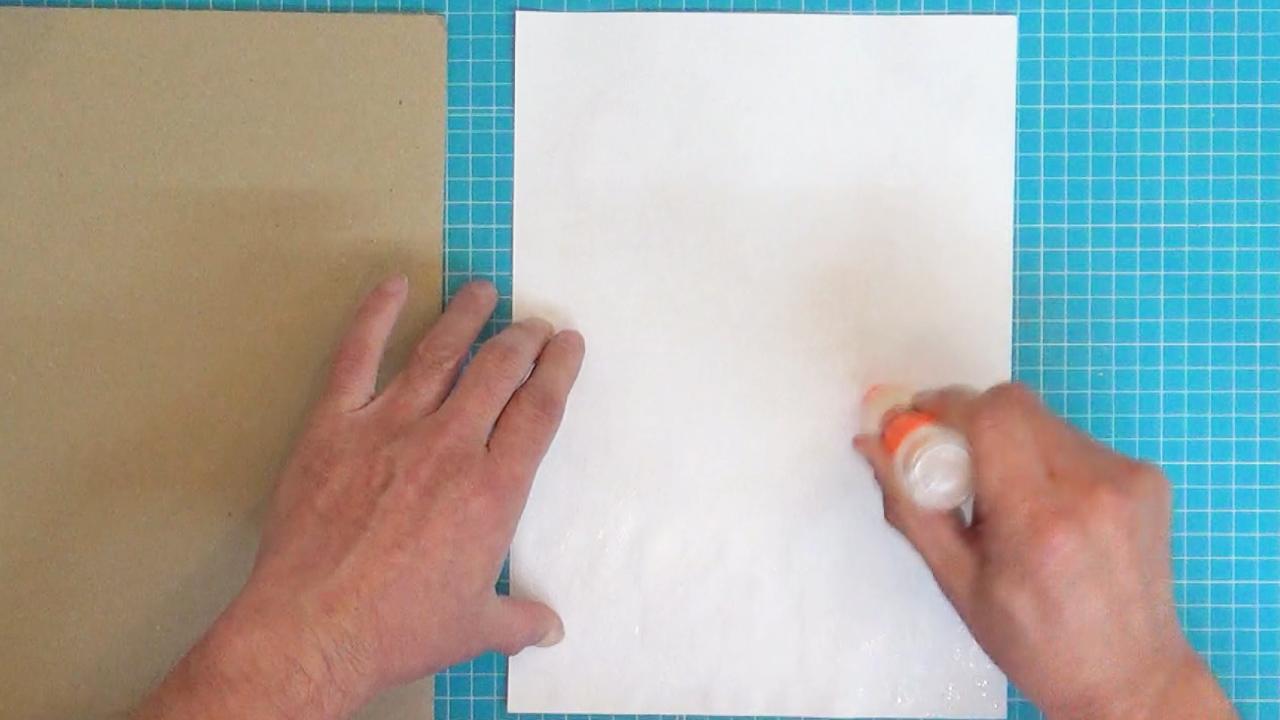 <表>の用紙を裏返しにしてのりをまんべんなく塗ります。
