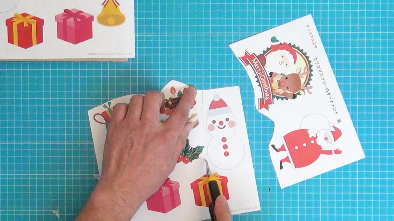 のりが乾くまでの間に裏に貼る用紙を切り分けます。