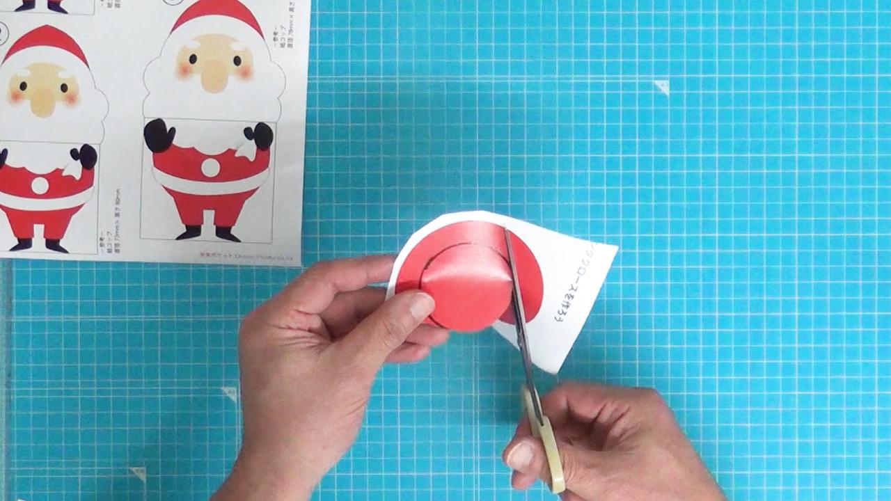 円をハサミで切り抜きます。