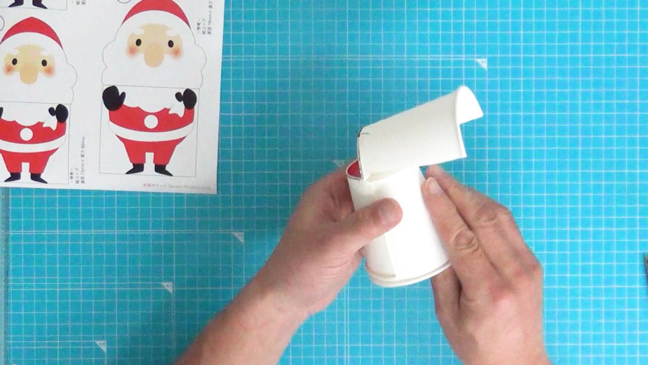 2つの紙コップを貼り付けます。