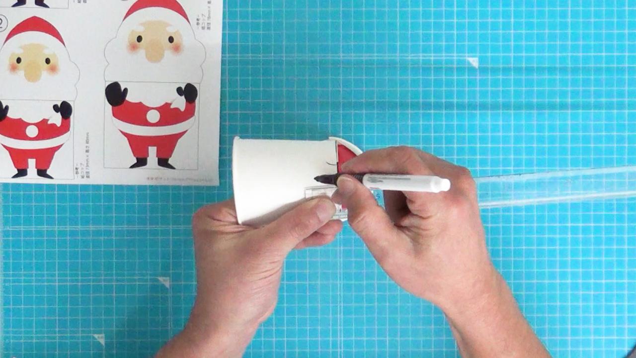 切れ込みのある紙コップの2cmのところに印を付ける