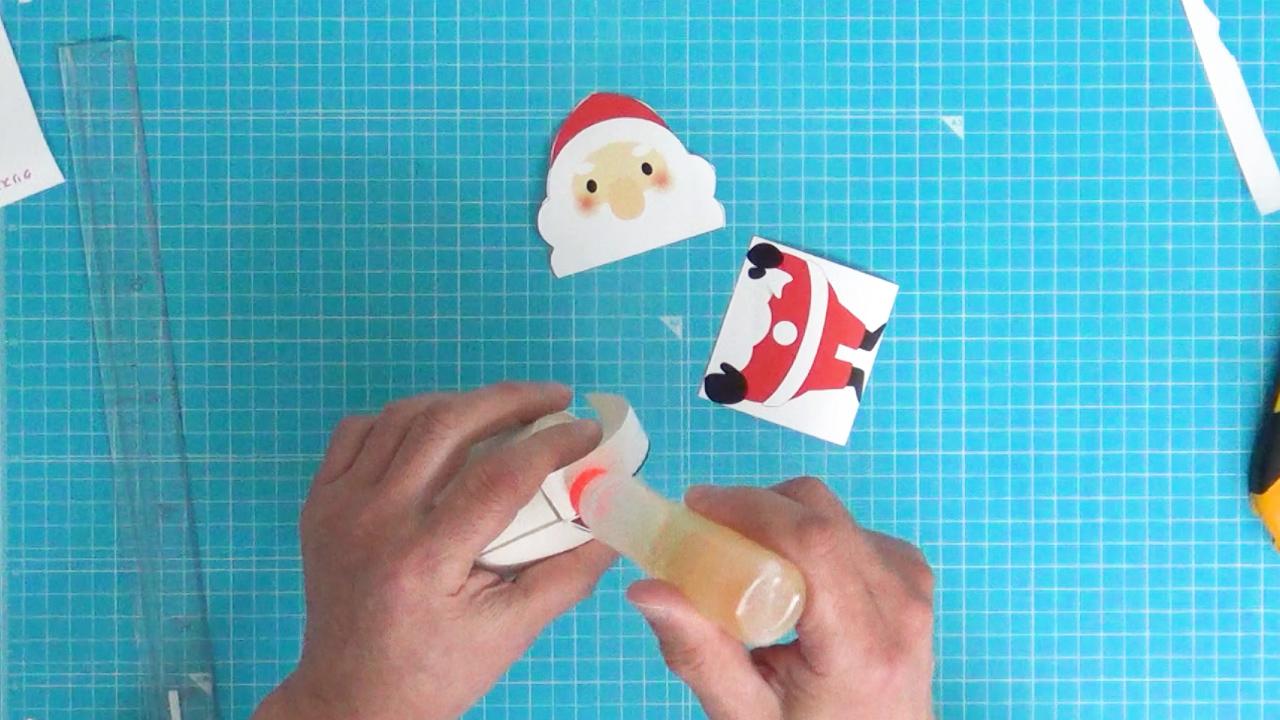 紙コップにのりを塗ります。