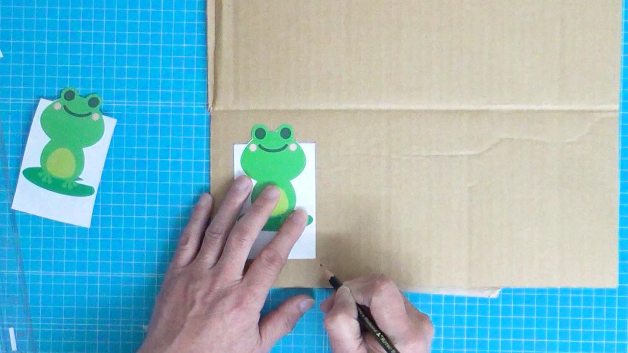 パッチンカエルのイラストに合わせて段ボールに印を付ける