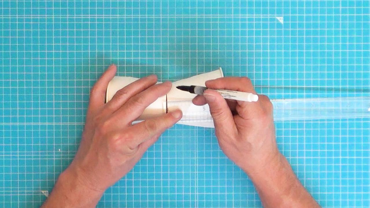 片方の紙コップの底から2cmのところに線を引きます。