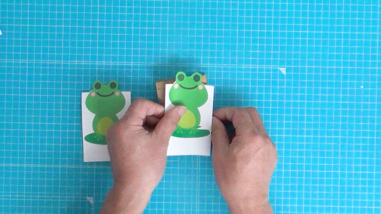 パッチンカエルのイラスト用紙を貼る
